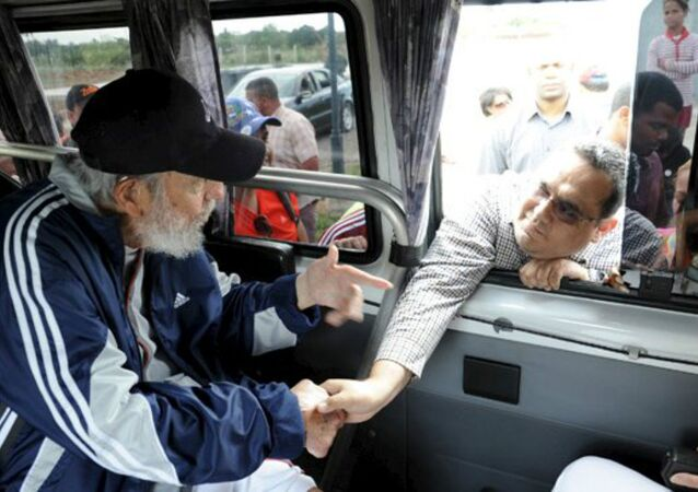 Former Cuban president Fidel Castro talks to a delegation of Venezuelans in Havana March 30, 2015