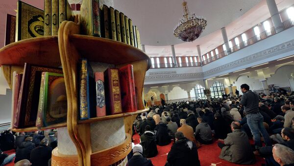 Muslim people take part in the Friday prayer at the Assalam mosque on January 23, 2015 in the western French city of Nantes - Sputnik International