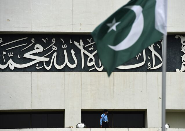 A Pakistani policeman stands guard on the roof of the parliament building during a special parliamentary debate on whether to join the Saudi-led military intervention against Shiite Huthi rebels in Yemen in Islamabad on April 6, 2015