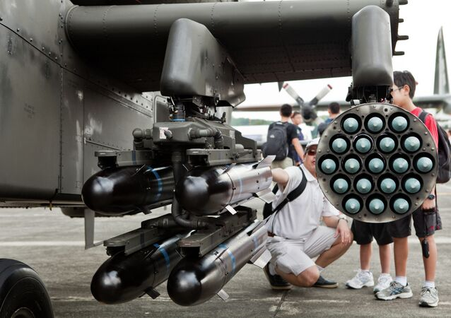 Hellfire missiles on the inner pylon and Hydra rockets on the outer pylon.