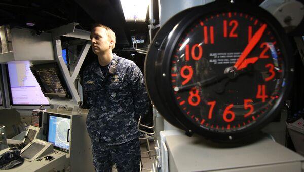 A United States Navy sailor stands guard on board a US Navy destroyer. - Sputnik International