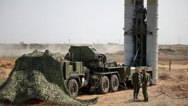 Preparing to fire an S-400 Triumf anti-aircraft missile at the Ashuluk proving grounds during an Aerospace Defence Forces tactical drill - Sputnik International