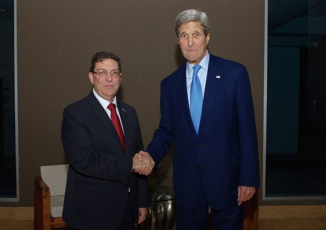 US Secretary of State John Kerry (R) shakes hands with Cuban Foreign Minister Bruno Rodr�guez in Panama City, Panama April 9, 2015