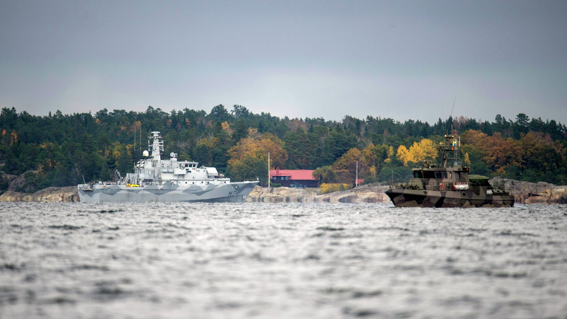 The Swedish minesweeper HMS Kullen, left, and a guard boat in Namdo Bay, Sweden,Tuesday, Oct. 21, 2014 on their fifth day of searching for a suspected foreign vessel in the Stockholm archipelago - Sputnik International, 1920, 15.09.2021