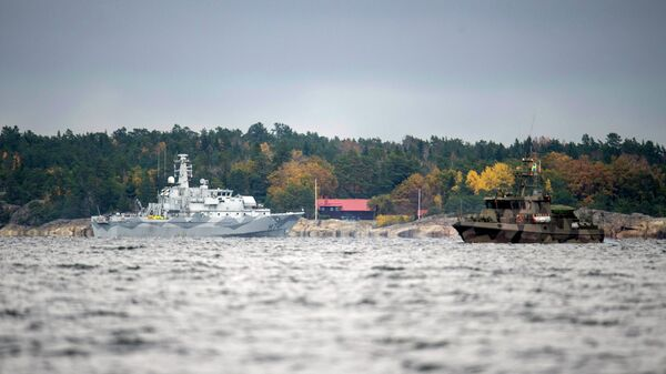 The Swedish minesweeper HMS Kullen, left, and a guard boat in Namdo Bay, Sweden,Tuesday, Oct. 21, 2014 on their fifth day of searching for a suspected foreign vessel in the Stockholm archipelago - Sputnik International