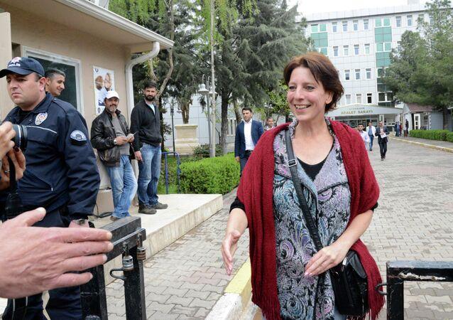 Dutch journalist Frederike Geerdink leaves the Diyarbakir courthouse on April 13, 2015 in the southeastern city of Diyarbakir.