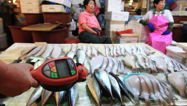 A worker using a Geiger counter checks for possible radioactive contamination at Noryangjin Fisheries Wholesale Market in Seoul, South Korea, Friday, Sept. 6, 2013 - Sputnik International