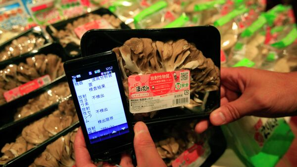 Tokyo market, a smartphone shows a list of types and amounts of radiation on a package of Maitake mushrooms which is part of a radiation sampling test - Sputnik International