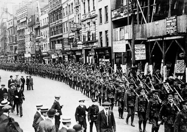 A London volunteer Infantry regiment parades through the streets of the city to encourage enlistment, Aug. 1914.