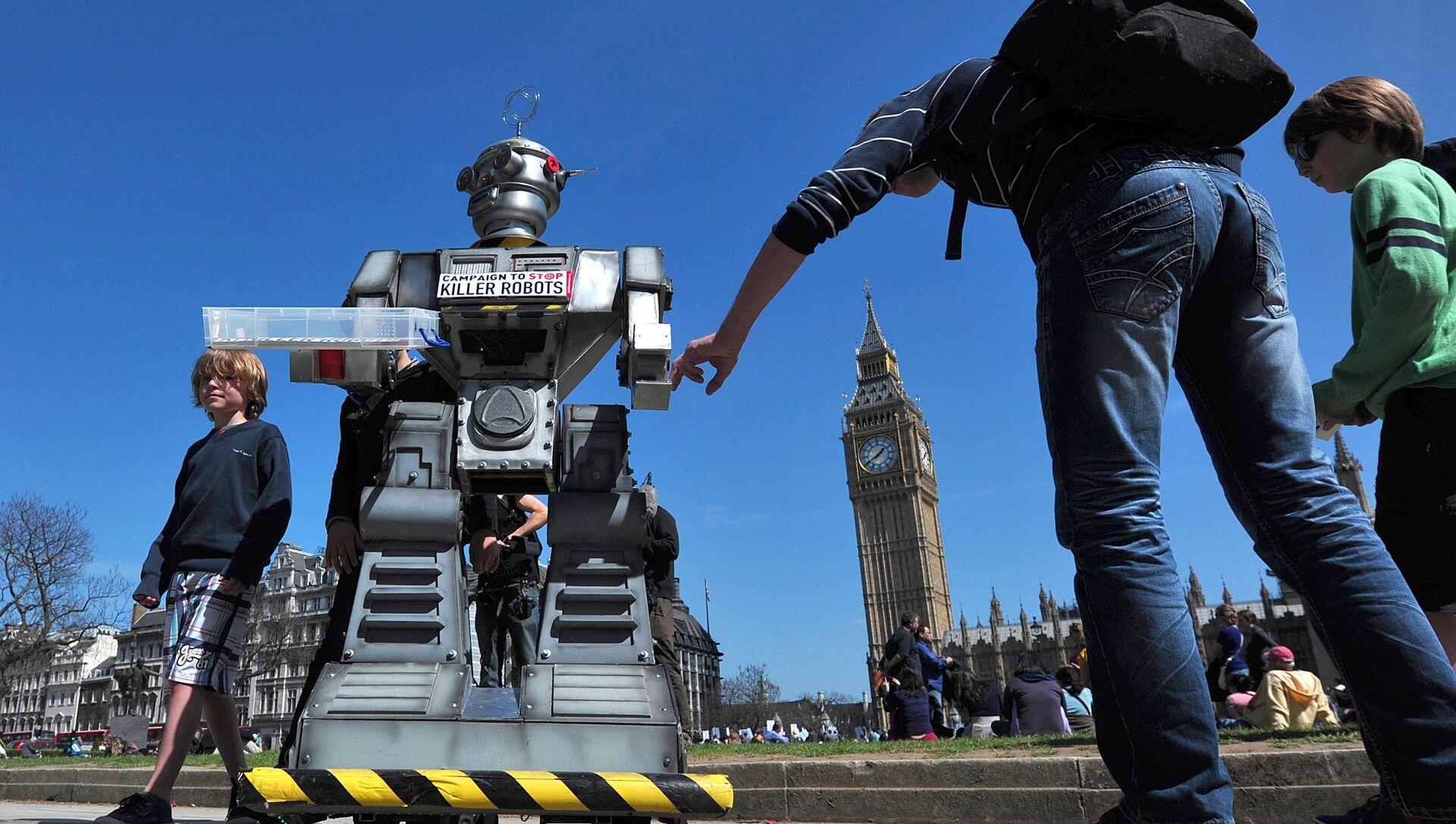 People look a mock killer robot in central London - Sputnik International, 1920, 02.08.2021