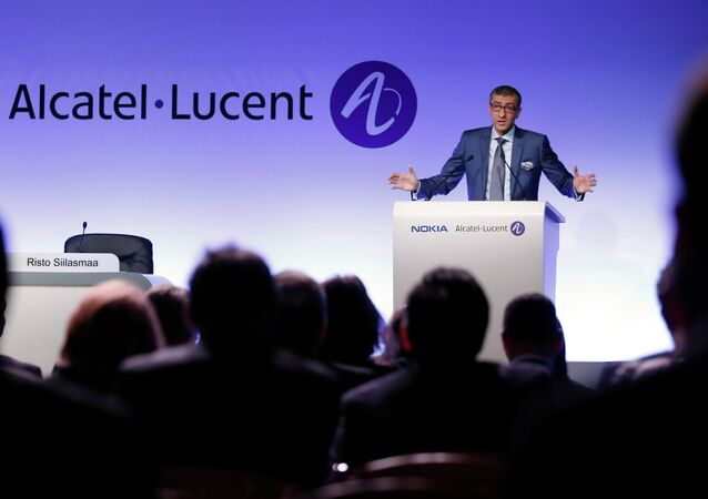 Telecom equipment maker Alcatel-Lucent's Chief Executive Officer Michel Combes (L) and Nokia's Chief Executive Rajeev Suri (R) give a press conference, on April 15, 2015 in Paris