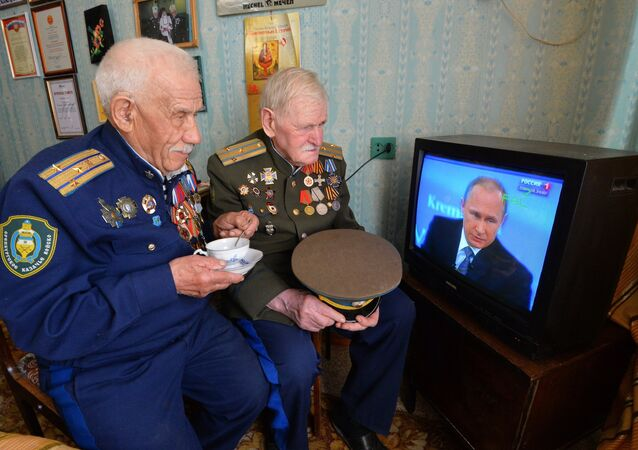 100-year-old veteran from Chelyabinsk with his friend are watching Putin's Q&A session
