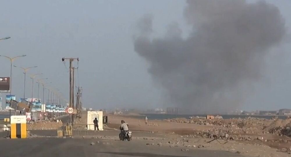 The al-Qaeda insurgents in Yemen on Thursday seized the international Riyan Airport, air defense headquarters and an oil terminal in the country's southeastern port city of Mukalla, a local source told Sputnik