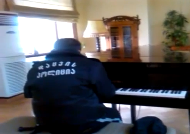 Piano Playing Security Guard Becomes Internet Sensation