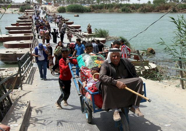 Displaced Sunni people, who fled the violence in the city of Ramadi, arrive at the outskirts of Baghdad, April 18, 2015