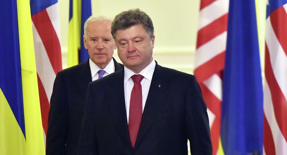 Ukrainian President Petro Poroshenko (R) and US Vice-President Joe Biden