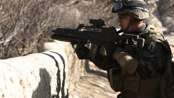 A soldier carries a German gun G36 - Sputnik International