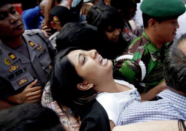 Brintha Sukumaran, center, sisters of Myuran Sukumaran, an Australian on death row, cries upon arrival at Wijayapura ferry port to cross to the prison island of Nusakambangan, in Cilacap, Central Java, Indonesia, Tuesday, April 28, 2015