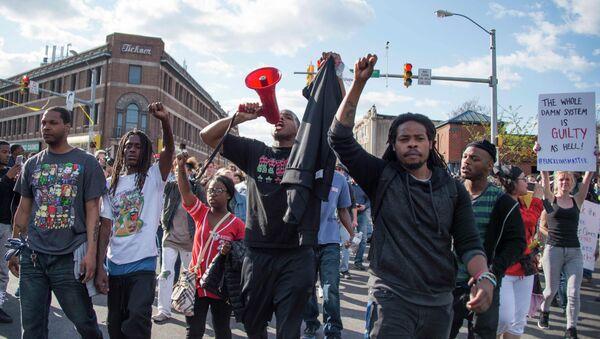 Demonstrators chant on Pennsylvania Avenue in Baltimore, Maryland, April 28, 2015 - Sputnik International