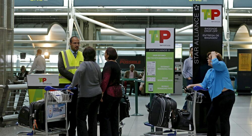 Passengers queue at Portuguese airline TAP's check-in desk during a strike at Lisbon's airport May 1, 2015