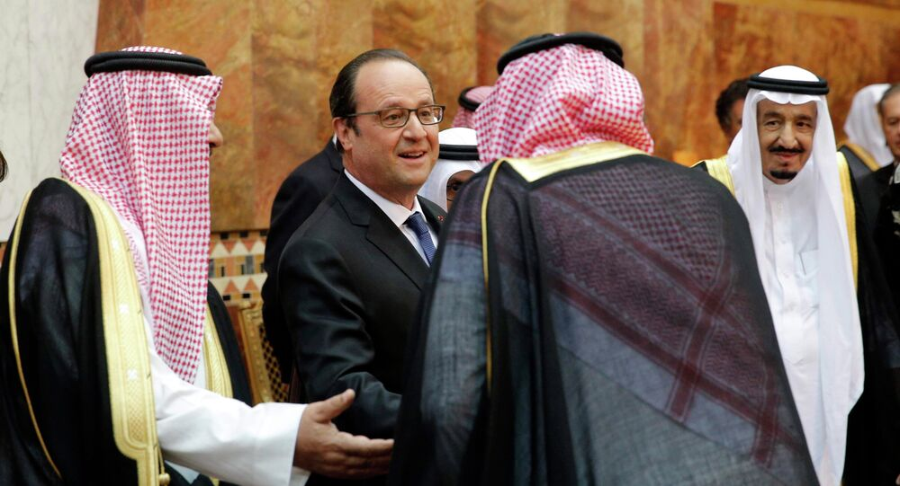 French President Francois Hollande (C) shakes hands with guests as Saudi Arabia's King Salman looks on before a dinner at the Royal Palace in Riyadh, Saudi Arabia, May 4, 2015