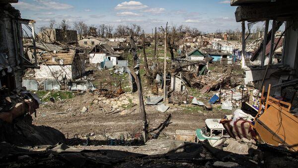 A picture taken on April 23, 2015 shows residential houses destroyed after shelling in the village of Peski, near Donetsk, on April 23, 2015 - Sputnik International