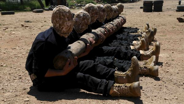 Rebel fighters from 'the First Regiment', part of the Free Syrian Army, hold a log as they participate in a military training in the western countryside of Aleppo May 4, 2015 - Sputnik International