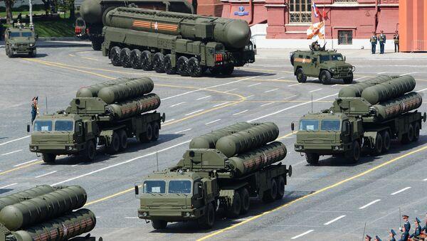 S-400 Triumph/SA-21 Growler medium-range and long-range surface-to-air missile systems at the military parade - Sputnik International