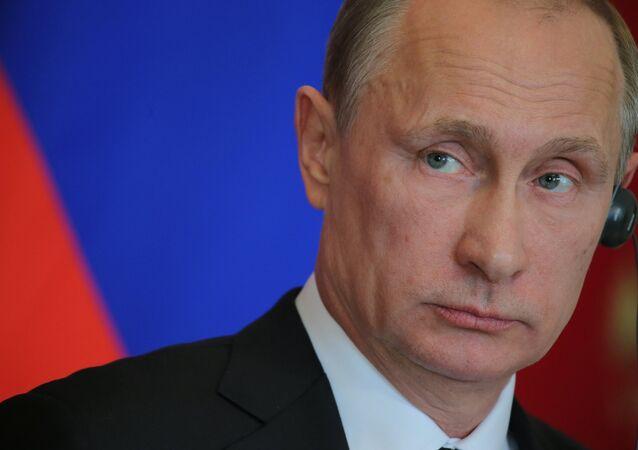 Vladimir Putin and Angela Merkel hold joint news conference