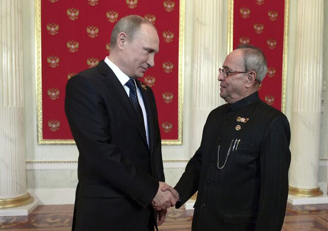 Russian President Vladimir Putin (L) shakes hands with his Indian counterpart Pranab Mukherjee