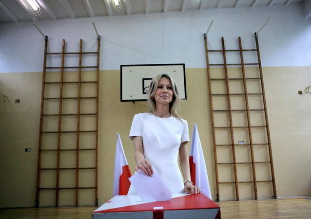 Presidential candidate Magdalena Ogorek casts her vote in the first round of the Presidential election at a polling station in Warsaw, Poland May 10, 2015