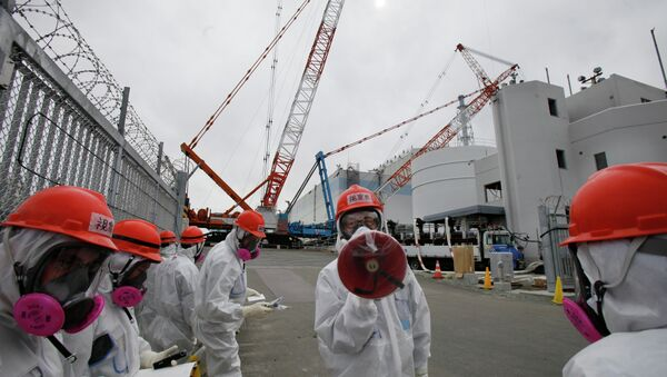 A staff member of the Tokyo Electric Power Co. (TEPCO) - Sputnik International