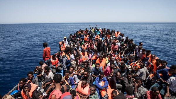 Migrants crowd the deck of their wooden boat off the coast of Libya May 14, 2015 - Sputnik International