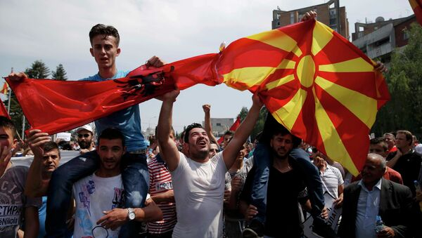 Anti-government protesters wave Albanian and Macedonian flags during a demonstration in Skopje, Macedonia, May 17, 2015 - Sputnik International