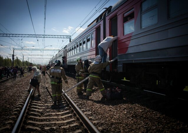 Rescue workers in St. Petersburg safely evacuated nearly 1,200 passengers from a commuter train on its way to Luga after one of its railcars caught fire, the St. Peterburg central press office of the Ministry of Emergency Situations reports.