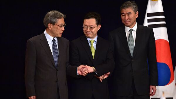 (L to R) Junichi Ihara, director-general of the Japanese Foreign Ministry's Asian and Oceanian Affairs Bureau, Hwang Joon-Kook, South Korean special representative for Korean Peninsula peace and security affairs, and Sung Kim, US special representative for North Korea policy before their meeting at a hotel in Seoul - Sputnik International