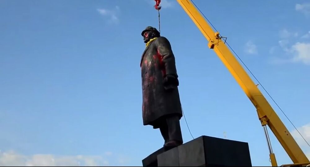 Right Sector extremists tore down a monument to Vladimir Lenin in the town of Slavyansk in the Donetsk Region.