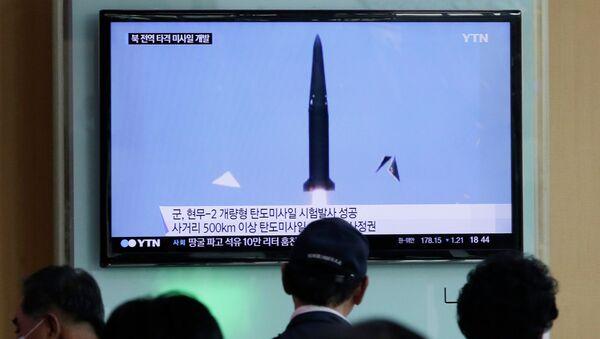 People watch a TV news program showing South Korea's missile test at Seoul Railway Station in Seoul, South Korea, Wednesday, June 3, 2015 - Sputnik International