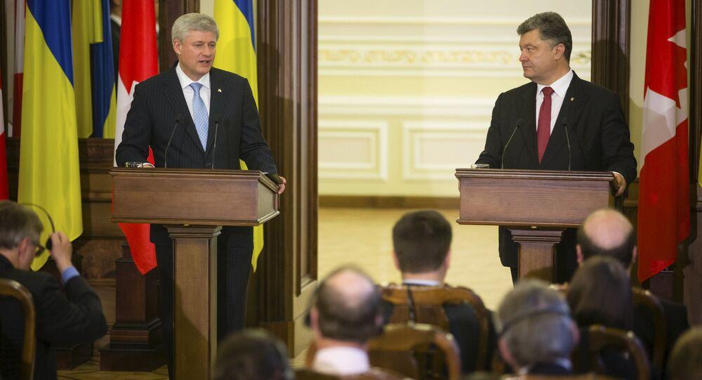 Ukraine's President Petro Poroshenko (R) and Canada's Prime Minister Stephen Harper make a statement as they meet in Kiev, Ukraine