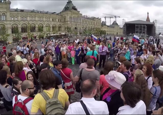Russian artist Yaroslav Sumishevskiy organized a flash mob on Moscow's Red Square, leading scores of people to sing the country's national anthem a capella.