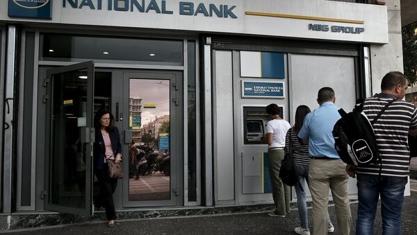 People line up at an ATM machine outside a National Bank branch in Athens - Sputnik International