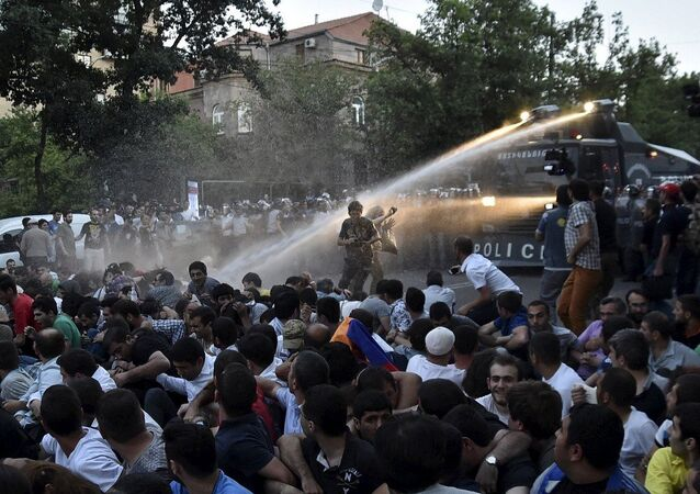 Dispersal of peaceful meeting by security officers in Yerevan
