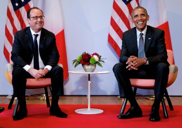 US President Barack Obama, right, and French President Francois Hollande pose for a photograph prior to a bilateral meeting during the G-7 summit in Schloss Elmau hotel near Garmisch-Partenkirchen, southern Germany, Monday, June 8, 2015.