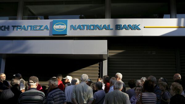 Dozens of pensioners line up outside a branch of the National Bank of Greece hoping to get their pensions, in Athens, Greece June 29, 2015 - Sputnik International