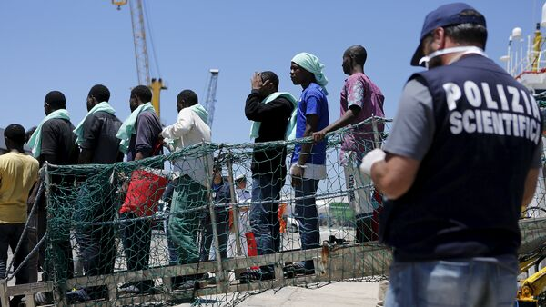Migrants disembark from the Panamanian ship Dignity 1 in the Sicilian harbour of Pozzallo, Italy, June 23, 2015 - Sputnik International
