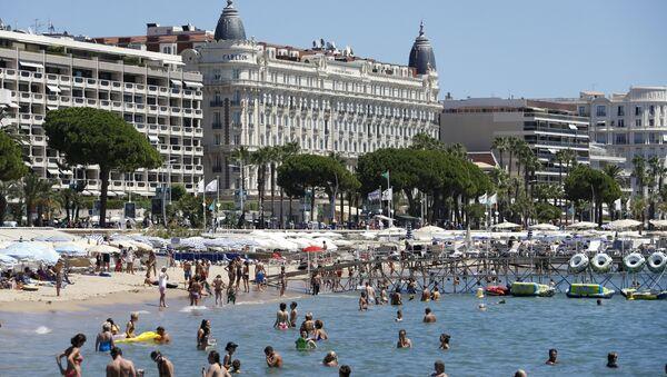 People swim in the Mediterranean Sea in the French southeastern city of Cannes on July 31, 2013 - Sputnik International