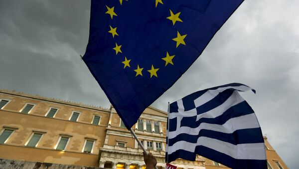 Protesters wave Greek and EU flags during a pro-Euro rally in front of the parliament building, in Athens, Greece, June 30, 2015 - Sputnik International
