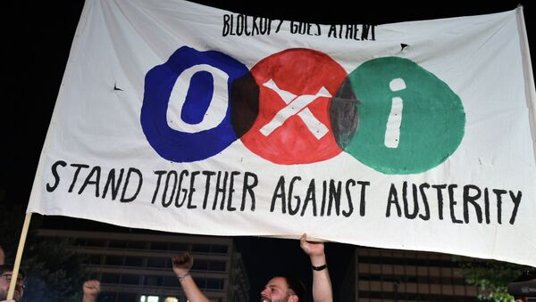 'NO' supporters hold a banner reading 'NO' in front of the parliament late in Athens on July 5, 2015 - Sputnik International