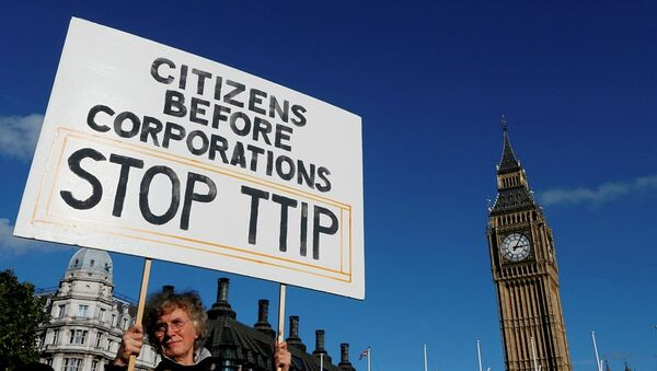 A demonstrator holds a banner in Parliament Square in London, Saturday, Oct. 11, 2014. - Sputnik International