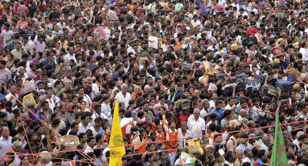 Devotees crowd to attend the Maha Pushkaralu, a Hindu festival, on the banks of river Godavari at Rajahmundry in Andhra Pradesh, India, July 14, 2015